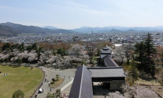 2013年再現された千飯櫓と廊下 天守閣から撮影 この西の先に八重の住む武家屋敷が