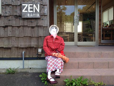 ZENの赤い服のかかし
