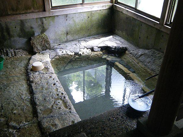 対岸の共同浴場