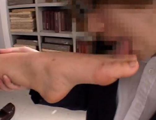 JKの足臭漂う素足の足指を足舐めしながら太腿に射精のサンプル足フェチDVD画像3