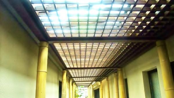 ガラス張り天井