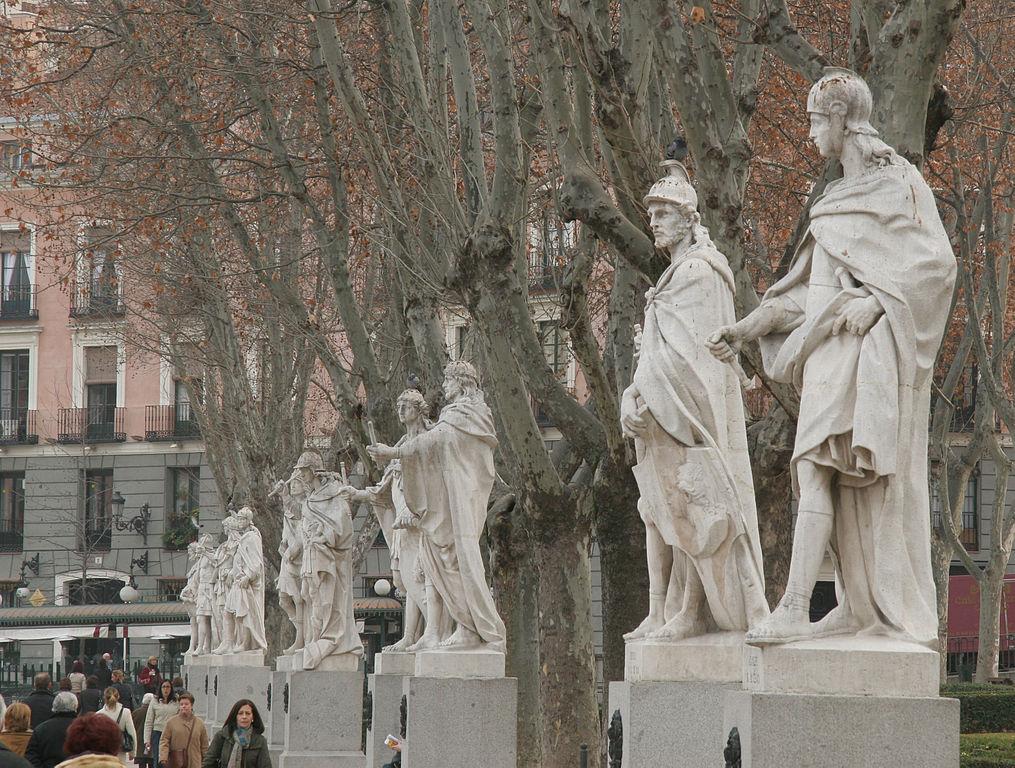 広場に並んでたつ王たちの像_1