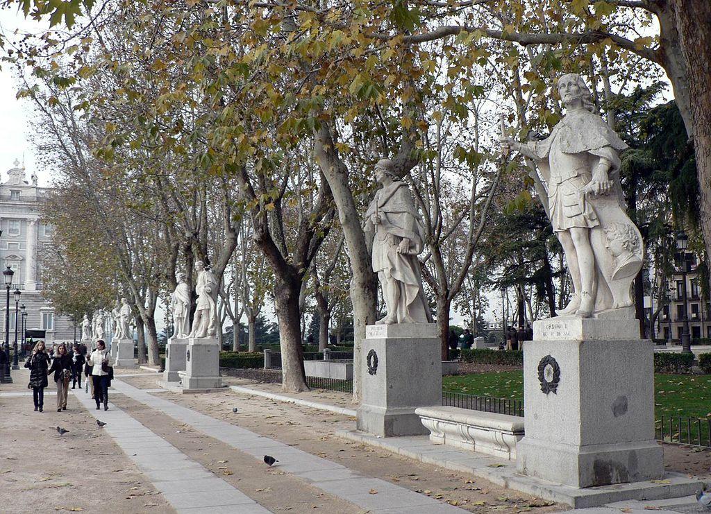 広場に並んでたつ王たちの像_2