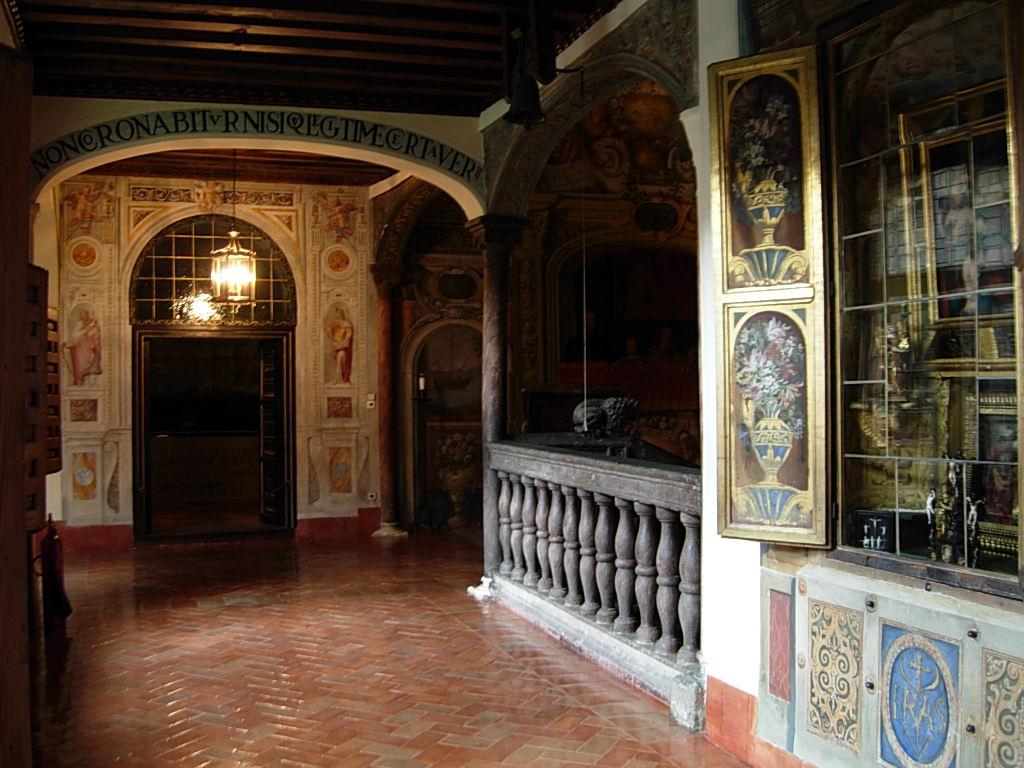 Interior del edificio. A la derecha, hornacina acristalada que cobija La Virgen y el Ni?o, cuadro de Bernardino Luini.