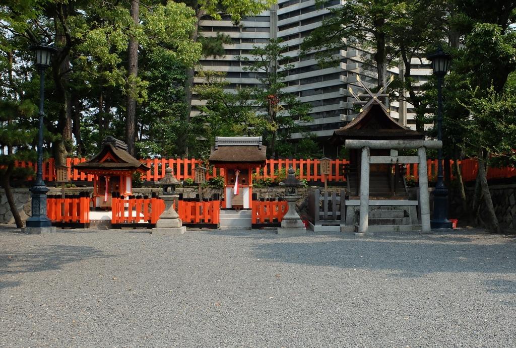 左から、熊野社…祭神:伊邪那美大神、藤尾社…祭神:舎人親王、霊魂社