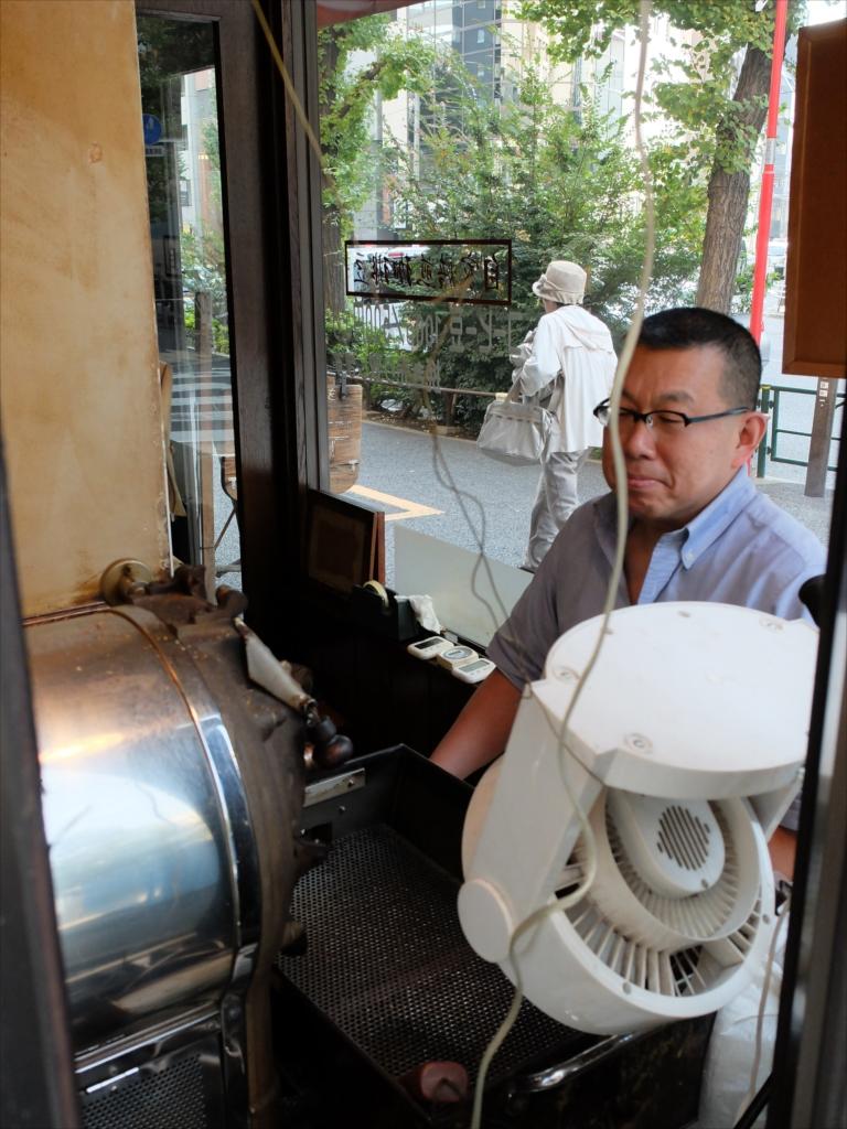 職人気質のオヤジが豆を焙煎している_1