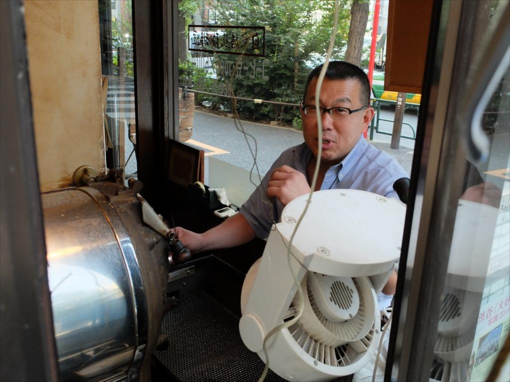 職人気質のオヤジが豆を焙煎している_2