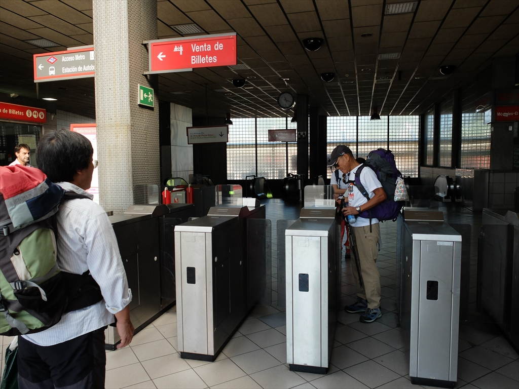 隣駅で下車。たった1枚の回数券を繰り返し使うやり方は独特のもの。メトロは入場時のみの操作だが、renfeは退場時にも同じ操作が必要。