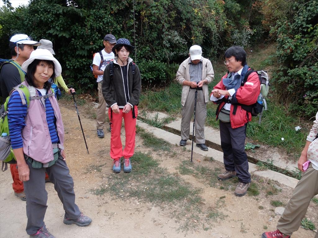 ガイドの佐々木氏が巡礼の道の簡単な説明と今日の行程の簡単な確認とを行っている