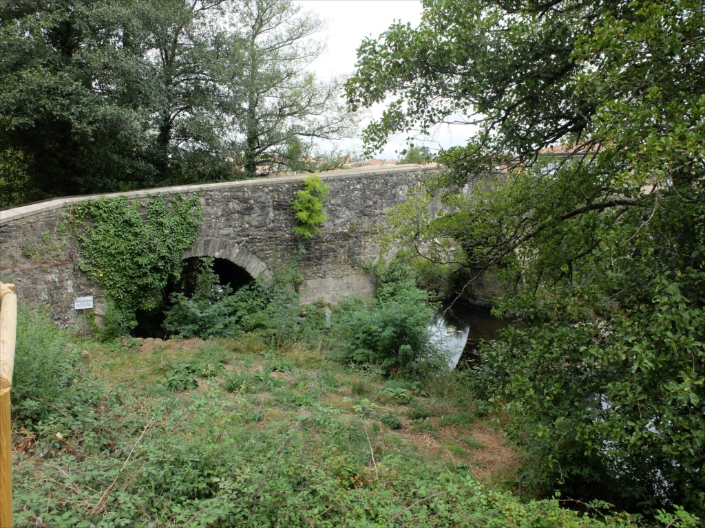 フロレスの街の入口にある中世の石橋_4