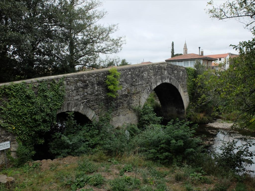 フロレスの街の入口にある中世の石橋_5