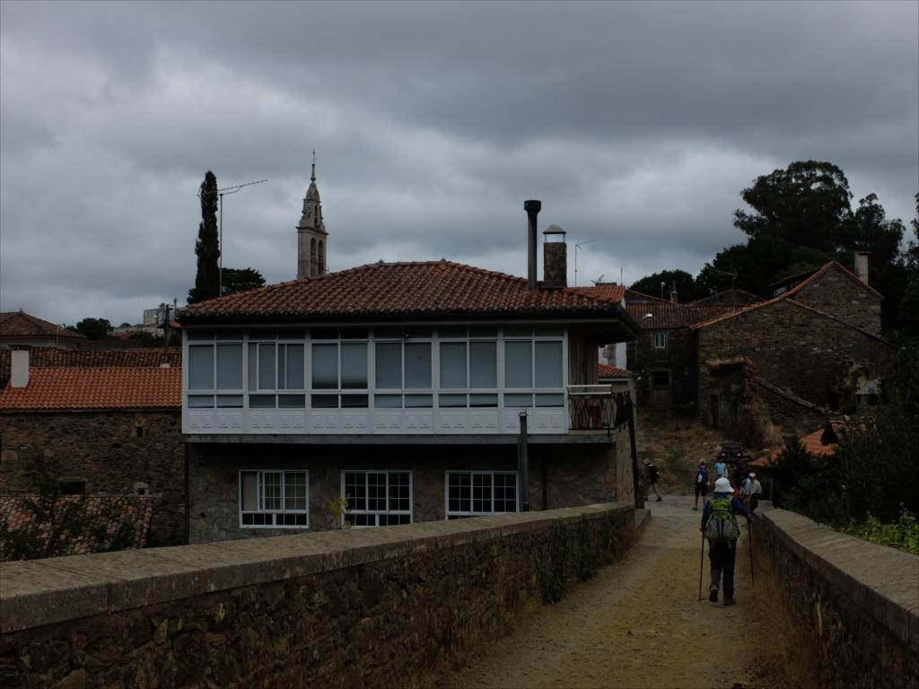 フロレスの街の入口にある中世の石橋_9