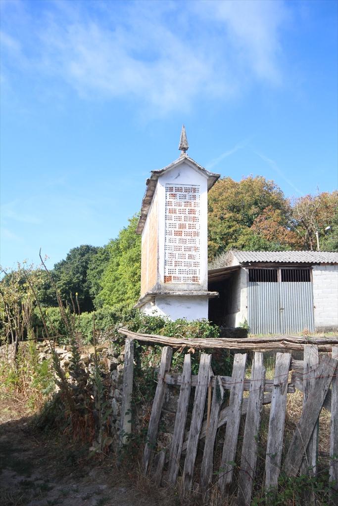 イベリア半島北部の高床式穀物倉庫で、『オレオ(ガリシア語:hórreo)』_1