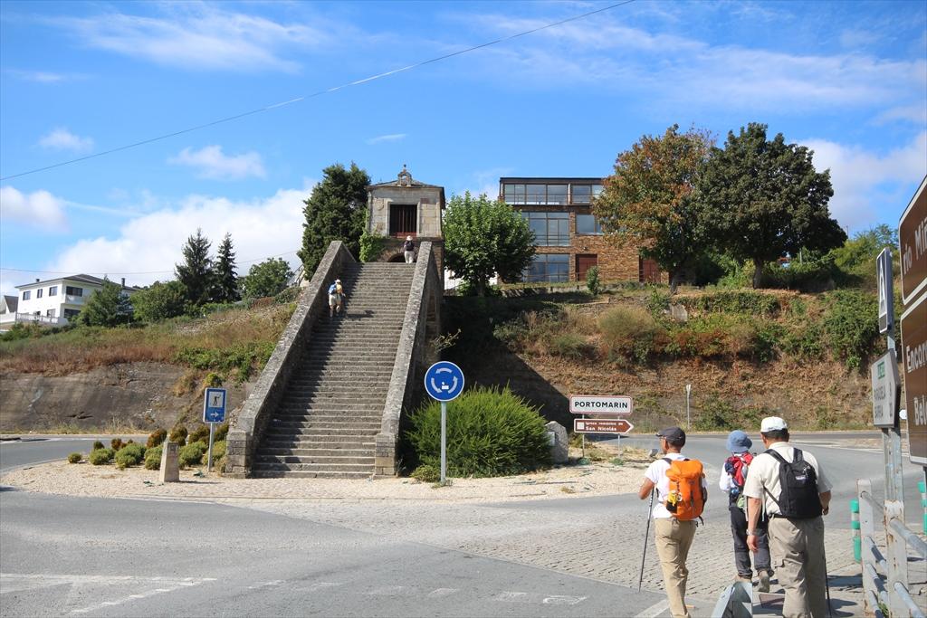 橋をなんとか渡ったら、次は階段