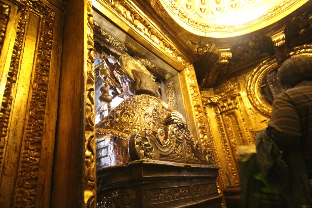 聖ヤコブ像の背中に触れる