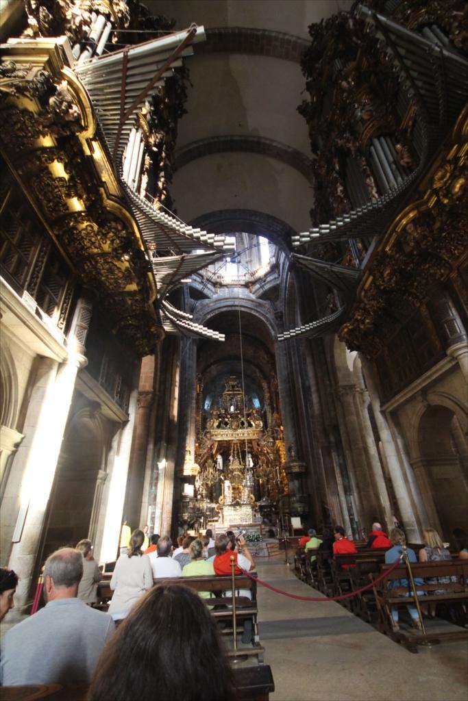 最初に出席したミサでは十字の縦棒の下の中程の部分に着席した_1