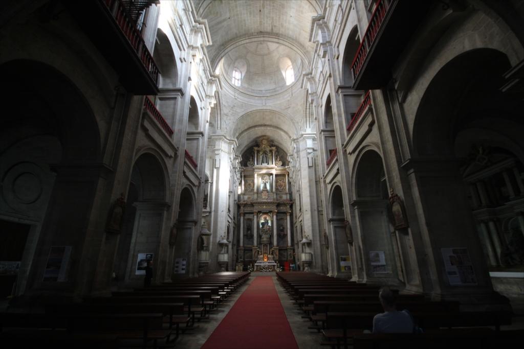 聖堂をまっすぐ最奥部まで進む_2