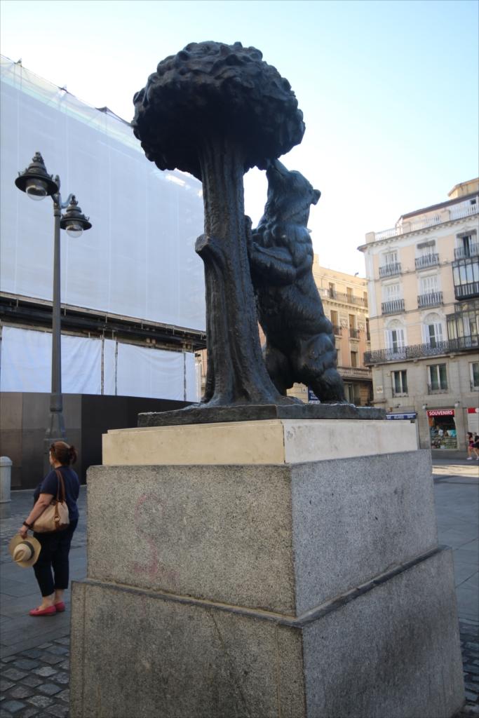クマとイワナシの像