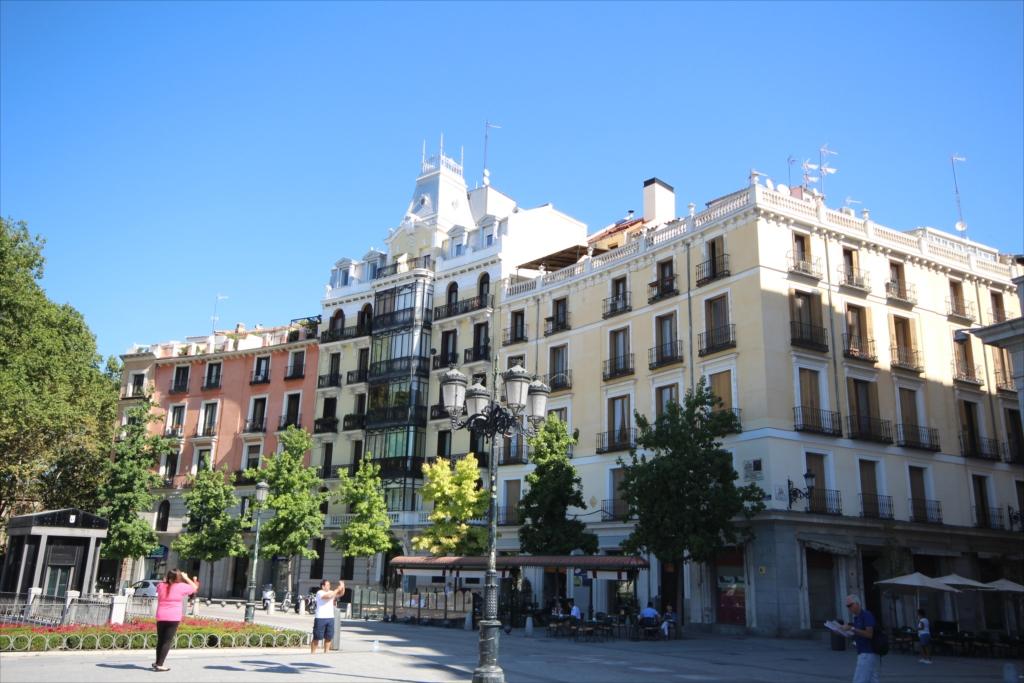 19世紀半ばに建てられた、テアトロ・レアルに隣接する高層住宅