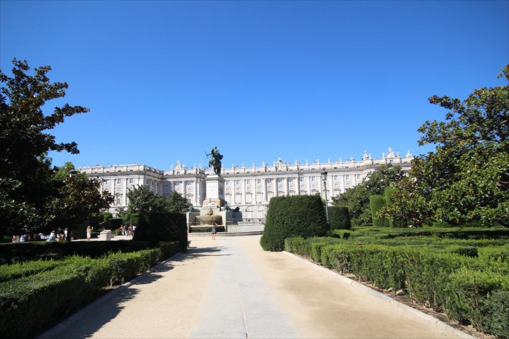 オリエンテ広場…騎馬像の背景にはマドリード王宮_1