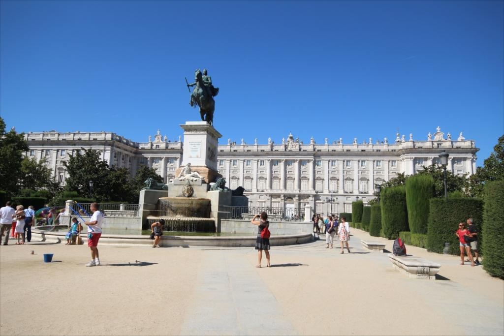 オリエンテ広場…騎馬像の背景にはマドリード王宮_2