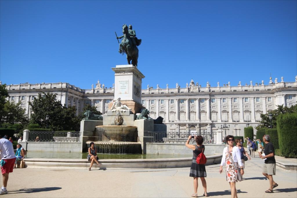 オリエンテ広場…騎馬像の背景にはマドリード王宮_3