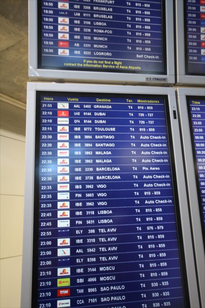 搭乗ゲートを確認し、eチケットを搭乗券に換え、荷物を預ける_1