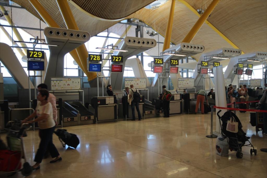 搭乗ゲートを確認し、eチケットを搭乗券に換え、荷物を預ける_2