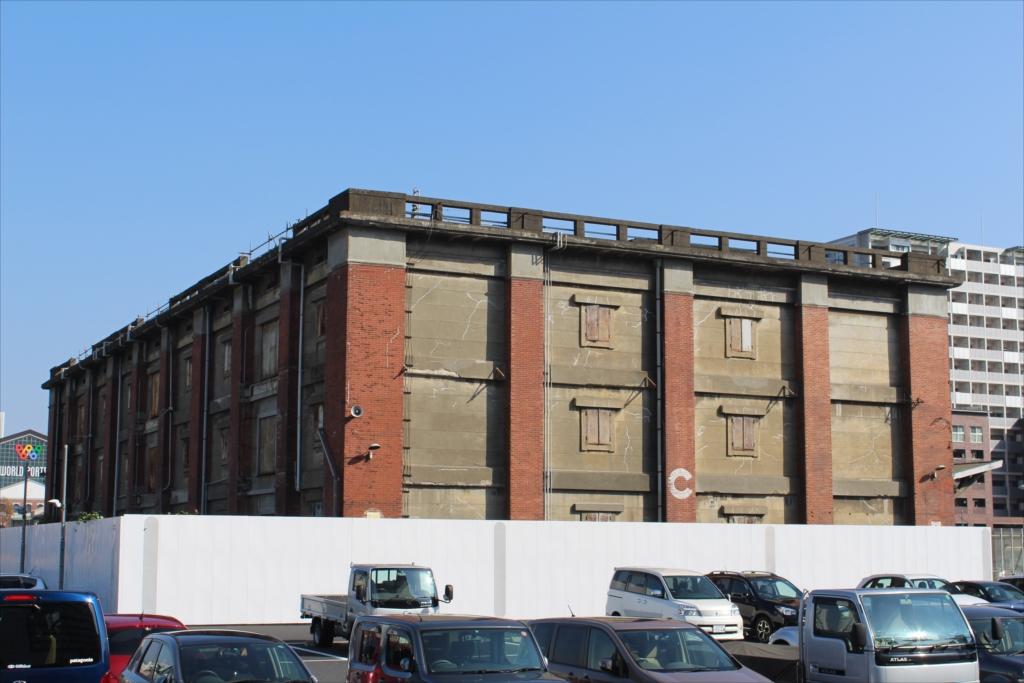 道沿いに行くと、古ぼけた倉庫が残っている