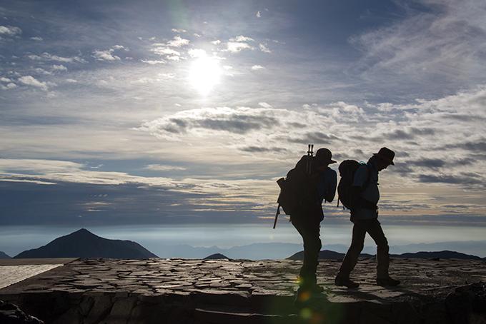 登山者と朝陽