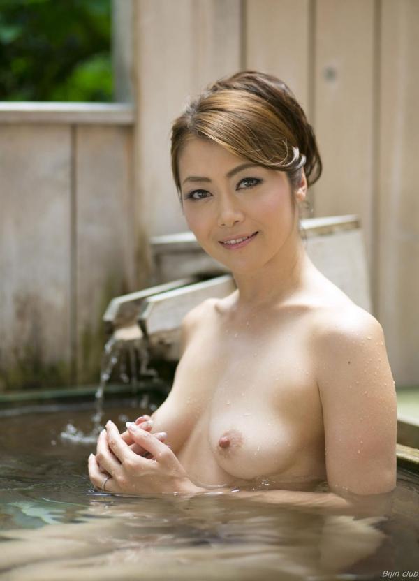 北条麻紀 露店風呂しっとり熟女ヌード画像108枚の1