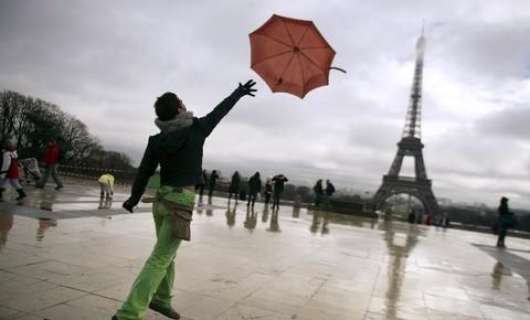 parapluie-devant-la-Tour-Eiffel-a-Paris_univers-grande-1.jpg