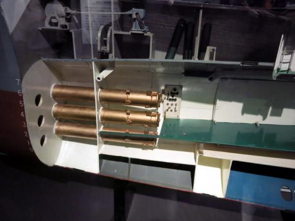 潜水艦船首部カットモデル