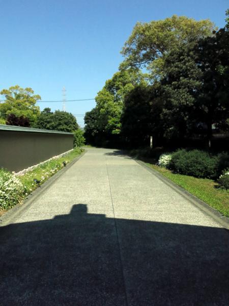 玄関から門へのアプローチ