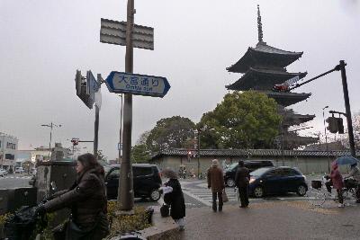東寺 外郭から五重塔を望む 修行僧一人