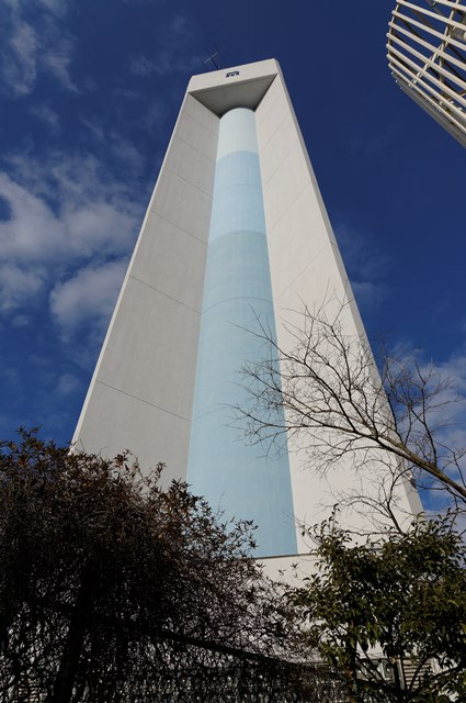 下から見上げた神奈川県営大庭団地の給水塔