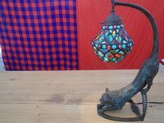 [写真]ステンドグラスのランプを受付カウンターに飾ったところ