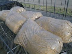 [写真]育苗ハウスに保管した米のモミガラ6袋