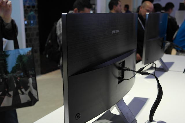 Samsung_Curved_Monitor_06.jpg
