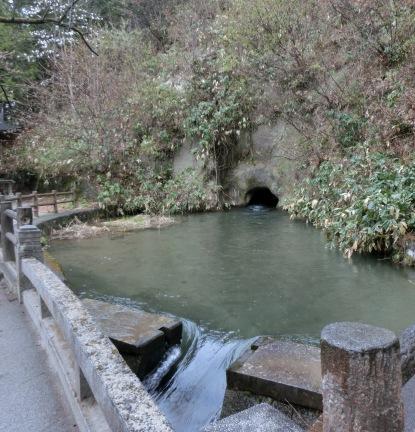 この水洞窟をくぐって飯盛山へたどりついた白虎隊士たち