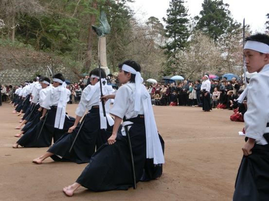 主将の謡いに合わせ、みごとな剣舞を披露する、現代の白虎隊士19人