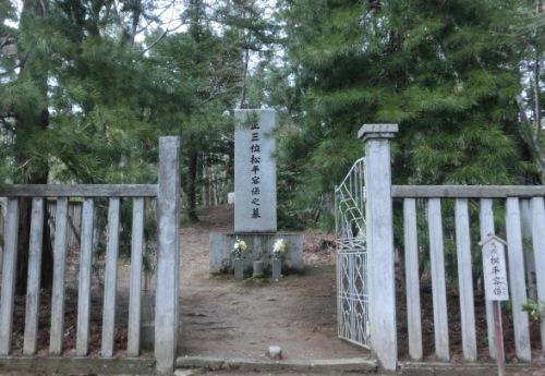。和らくも・・・で松の根のように睦まじくと孝明天皇に歌われたごとく、やはり松に囲まれた廟でした