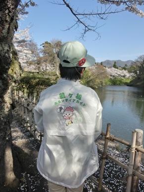鶴ヶ城ボランティアガイドの大場さん、お世話になりました 八重ジャケットが素敵!許可を得てパチリ