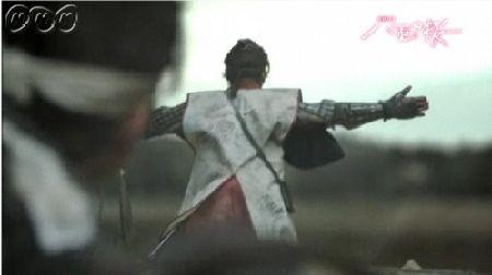 少年たちの盾になる隊長・銃太郎