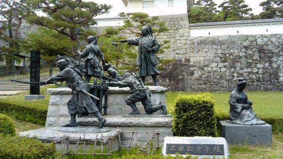 木村銃太郎と出陣していく少年隊士の像