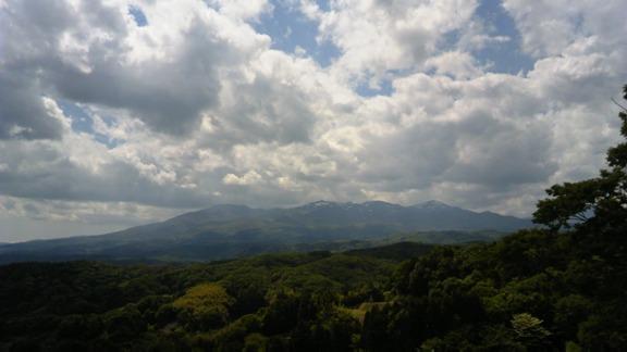 城跡から安達太良山をのぞむ これが智恵子の「本当の空」だったのかもしれない