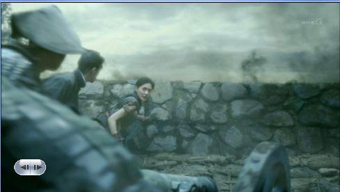 城壁が妨げとなって発射できない為、命の危険を顧みず外へ出ようとする尚之助ここに大砲で穴を開けんべ!そしたら砲身がおしこめる