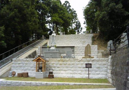 お寺の社務所から道路を挟んですぐ、尚之助の墓碑が。いつもお香がたえません