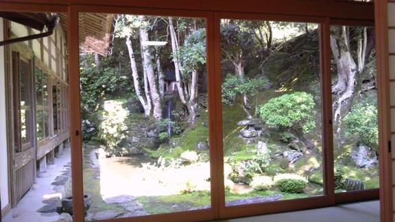 尚之助にまつわる貴重なお話を聞くことができました 庭に見える滝は、沢庵和尚の作と伝わる
