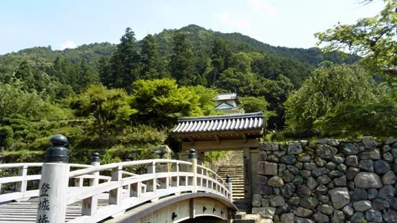 登城橋から門と出石城をのぞむ